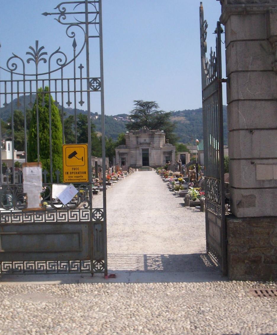 L'ingresso centrale del cimitero di via Padri Serviti di Calolziocorte