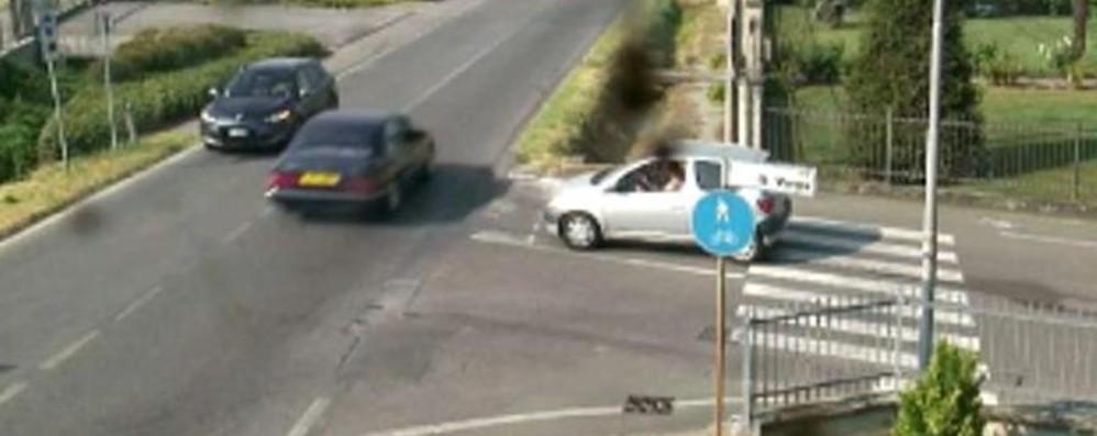 «Truffatori in azione, massima allerta» Caccia online alla Mercedes verde - Foto