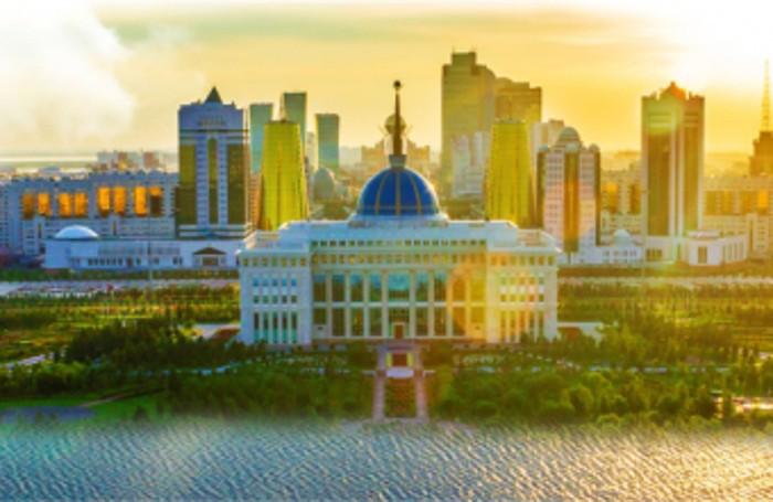 Lo skyline di Astana versione 2017. Sopra un rendenring di Expo 2020 a Dubai