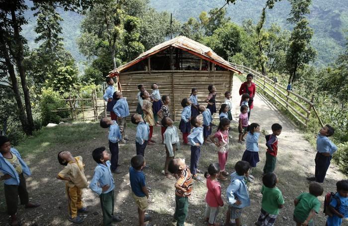 I bambini di una scuola realizzata temporaneamente con il bambu