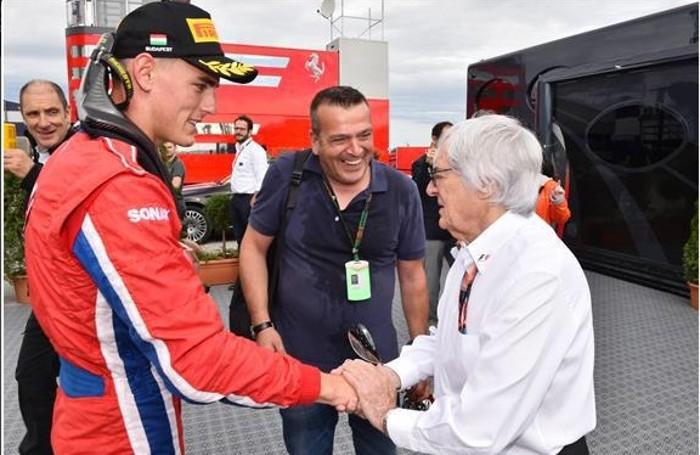 Bernie Ecclestone, il patron della F1, si congratula con Kevin Ceccon