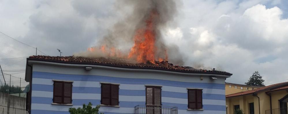 Borgo di Terzo, incendio in oratorio Fiamme devastano il tetto - Foto e video