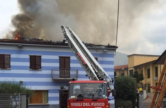 Sul posto sono intervenute 5 squadre di vigili del fuoco