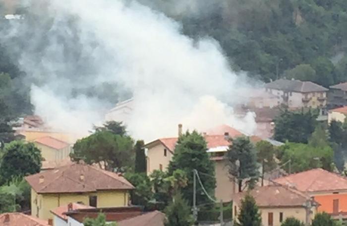 Il fumo sprigionato dall'edificio in fiamme