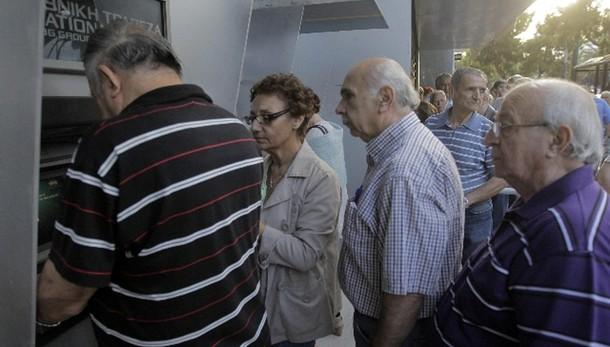Grecia: pensionati in fila per 120 euro