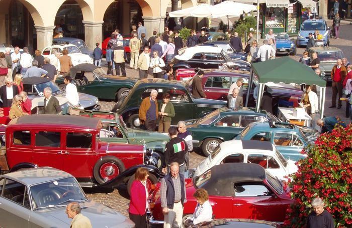 Un raduno di auto storiche