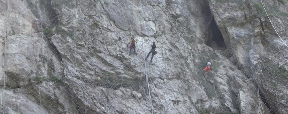 Operai appesi ad altezze vertiginose Guarda il video dei lavori in Val Serina