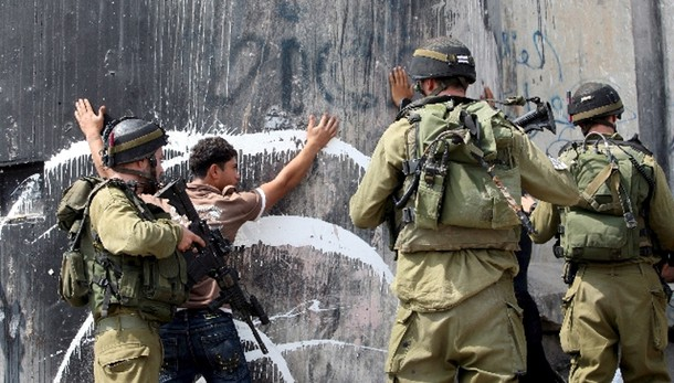 Palestinese lancia pietre, ucciso