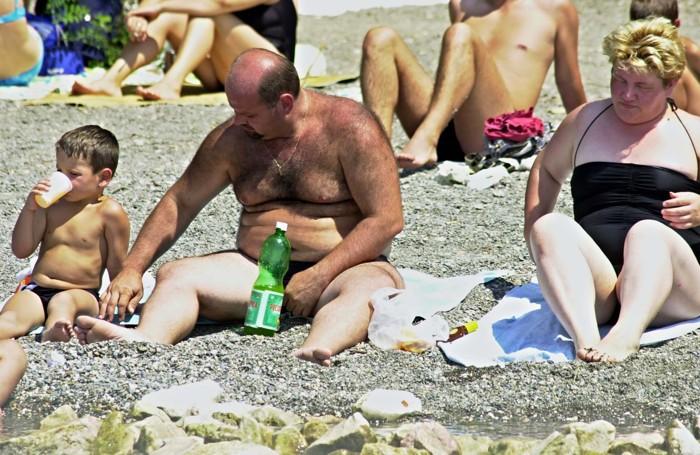 Famiglia di obesi al mare