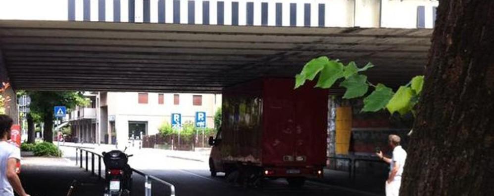 Una questione di punti di vista E il camion s'incastra in via Tremana