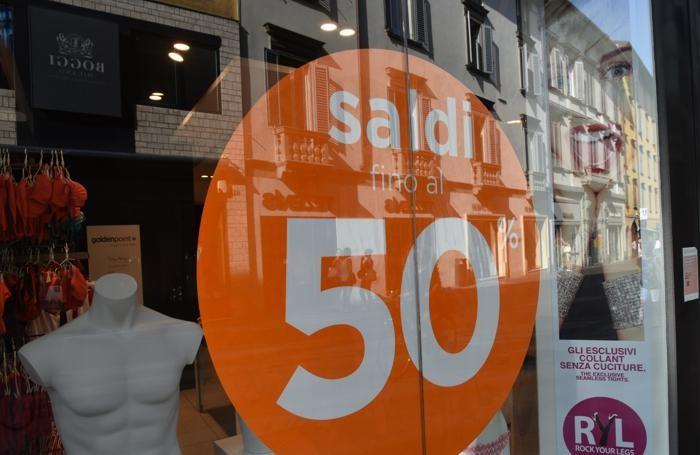 321cfe6a78 ... parte con le idee molto chiare, per un acquisto mirato, con tanto di  code davanti ai negozi di griffe, dove le promozioni sono ovviamente più  ambite.