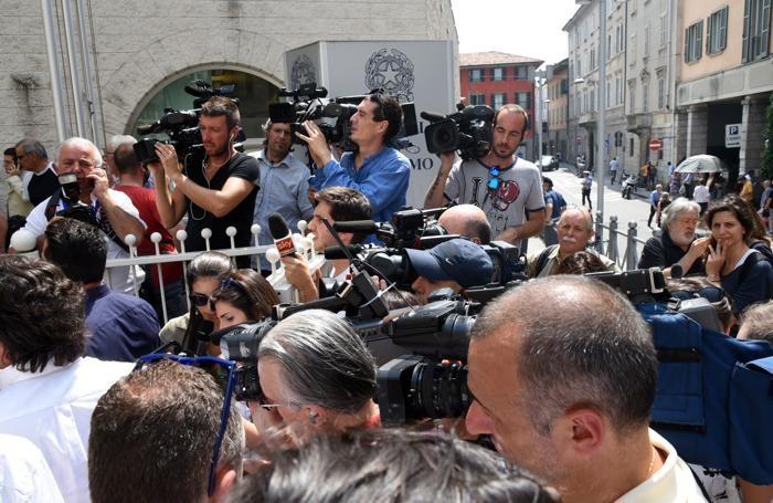 La folla di giornalisti e operatori per il primo giorno del processo Bossetti