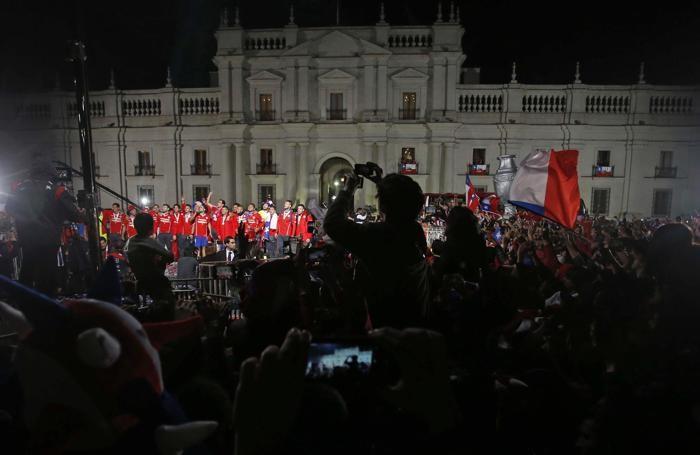 I giocatori del Cile davanti al palazzo presidenziale a Santiago