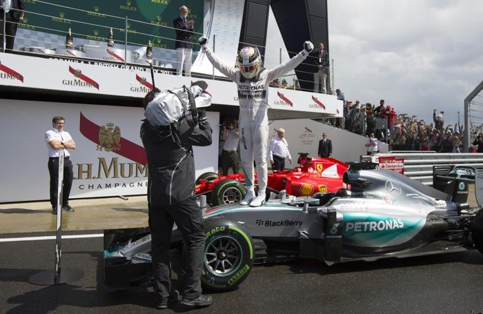 Lewis Hamilton trionfante sulla sua Mercedes
