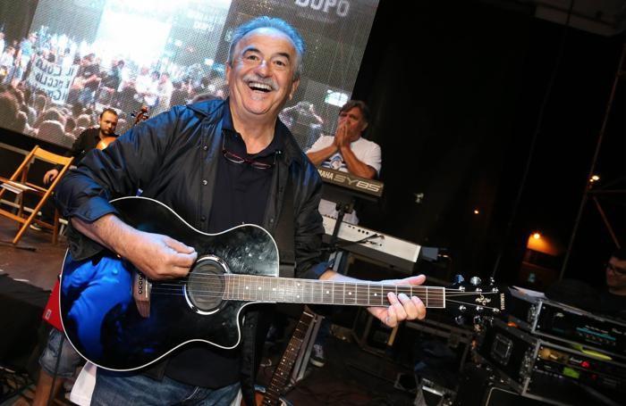 Mister Mondonico suona la chitarra alla Festa della Dea