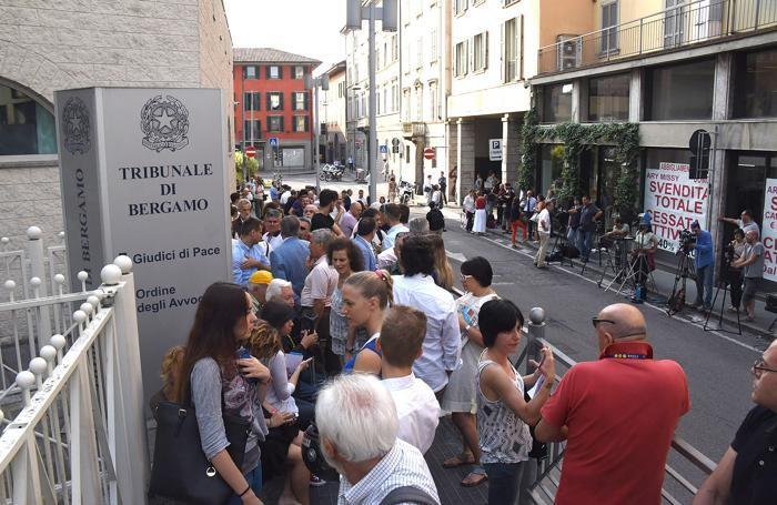 Folla di curiosi fuori dal tribunale di Bergamo