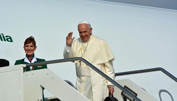 Papa: riceve 7 clochard prima partenza