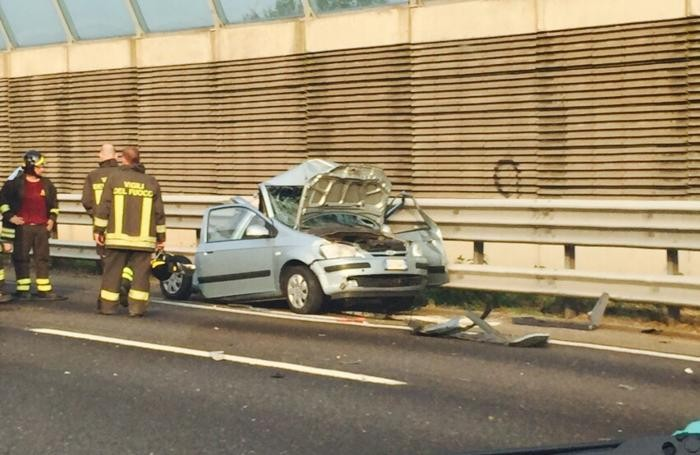 L'incidente mortale sull'autostrada tra Capriate e Trezzo d'Adda. Sopra la foto scattata da un nostro lettore, Cosimo Fanelli