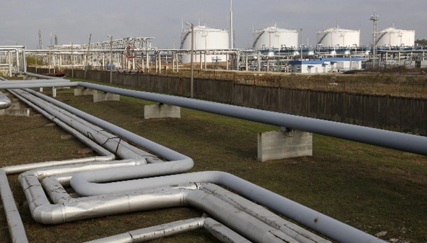 Petrolio rimbalza a 53,14 dollari