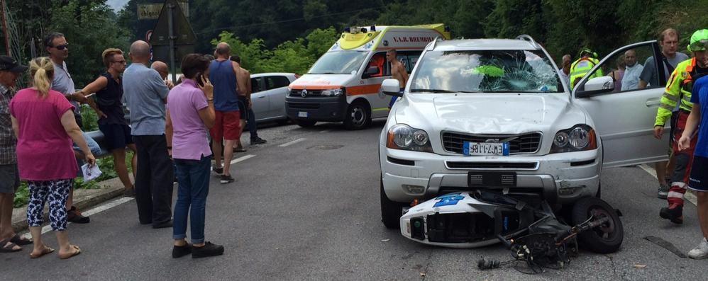 Val Brembilla, schianto fra auto e scooter Due ragazzi sbalzati. Arriva l'elicottero