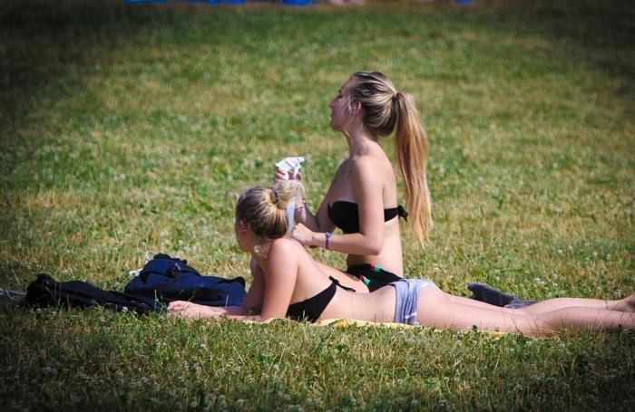 Ragazze in bikini che prendono il sole al parco della Trucca