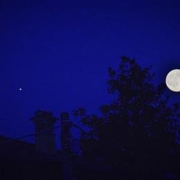 Anche tanti bergamaschi a naso all'insù La notte della «Luna blu» offre spettacolo