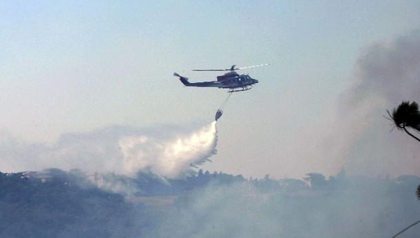 Incendi: evacuati due villaggi turistici