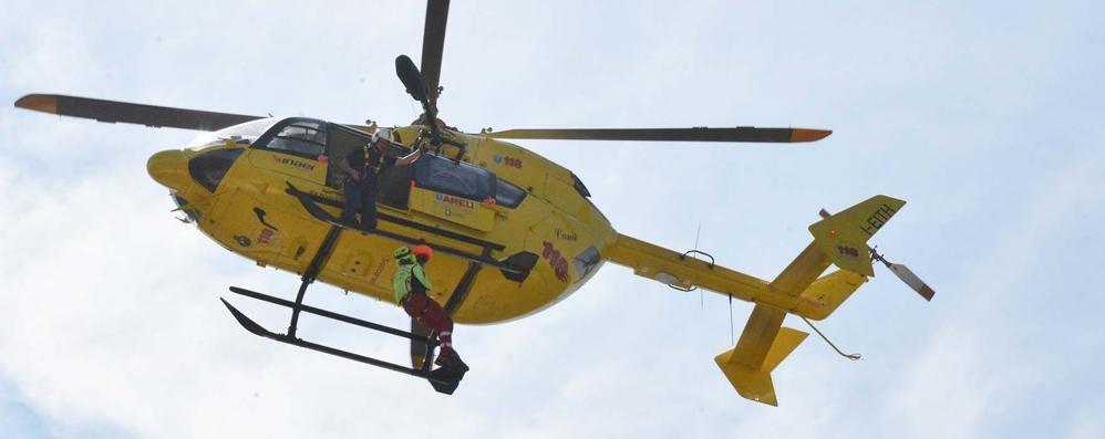 Leffe, cade dal tetto di un capannone L'elicottero soccorre un 30enne