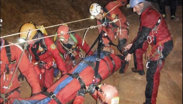 Liberato speleologo bloccato in grotta