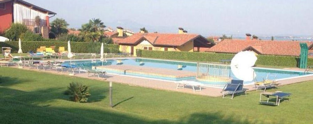 Malore improvviso nella piscina Pensionato muore in vacanza
