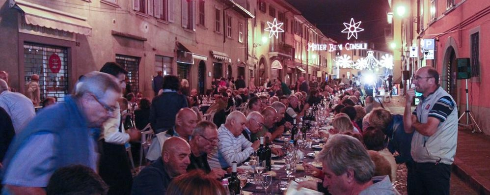 Santa Caterina, la cena  non è in strada  Si trasloca in palestra per il maltempo