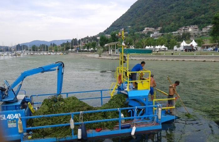 I battelli spazzino in azione sul lago d'Iseo