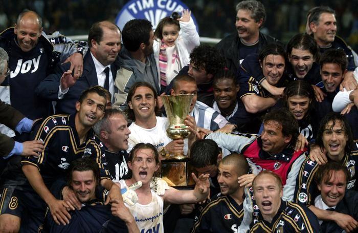 I giocatori del Parma festeggiano la vittoria della Coppa Italia, vinta nella finale contro la Juventus, in una immagine del 10 maggio 2002. ANSA/GIORGIO BENVENUTI