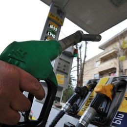 Vacanze, la benzina ci va di traverso Ai distributori rincari fino all'8 per cento