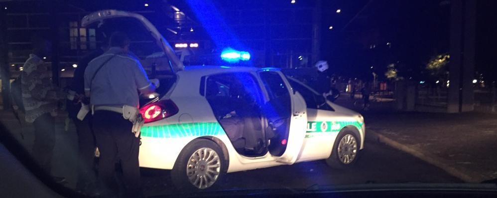 Mega rissa in stazione: 40 coinvolti Tre feriti a colpi di bottiglia, uno grave