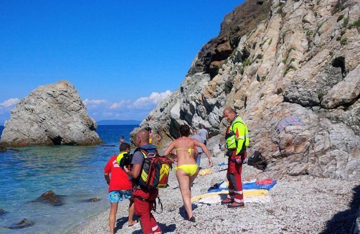 Un turista bergamasco 20enne è stato colpito alla testa da un masso staccatosi improvvisamente da un costone di roccia alla spiaggia di Sansone, a Portoferraio (Livorno)