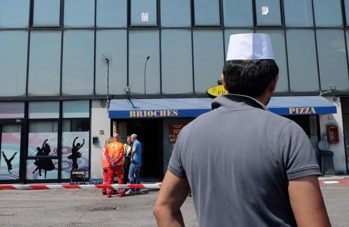 Adnan Muhammad, il presunto autore del duplice omicidio della famiglia bresciana Seramondi mentre guarda il luogo del delitto ANSA