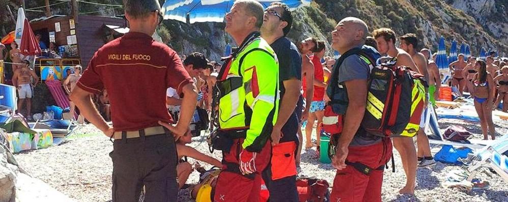 Portoferraio, masso si stacca in spiaggia Colpito 20enne: grave trauma cranico