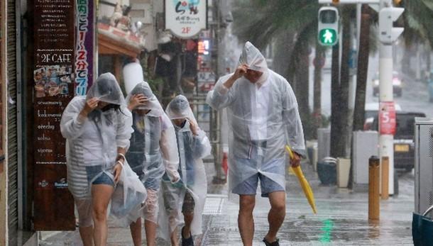 Giappone: tifone Goni su Okinawa
