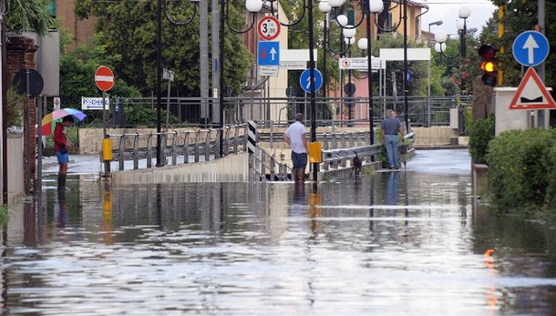 Maltempo: Pisa-tilt, sottopassi allagati
