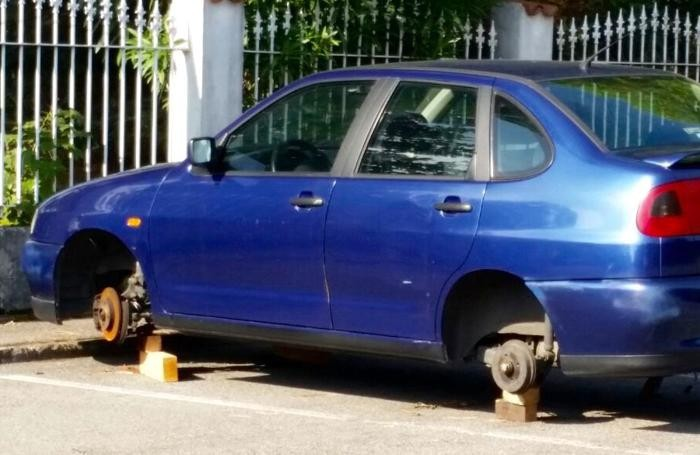 L'auto presa di mira a Bagnatica
