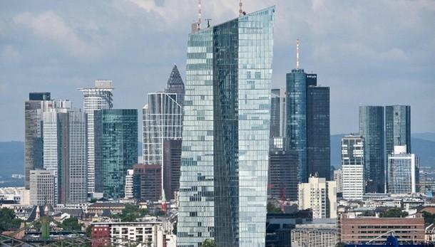 Cambi: euro in lieve calo a 1,0968 dlr