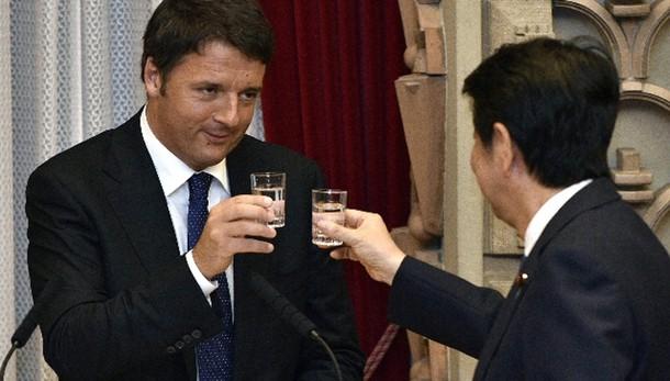 Renzi e la pizza a Napoli con Shinzo Abe