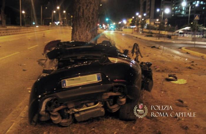 I resti dell'automobile su cui viaggiava Claudio Salini, 46 anni, che si è schiantata contro un albero all'altezza di via Giustiniano Imperatore sulla Cristoforo Colombo a Roma