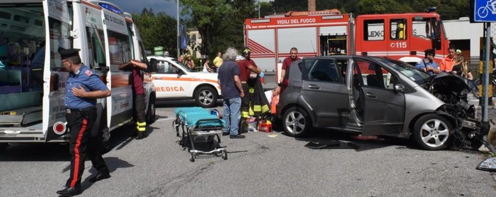 Auto contro muretto a Ponte Nossa Morta in ospedale la bimba di 2 anni