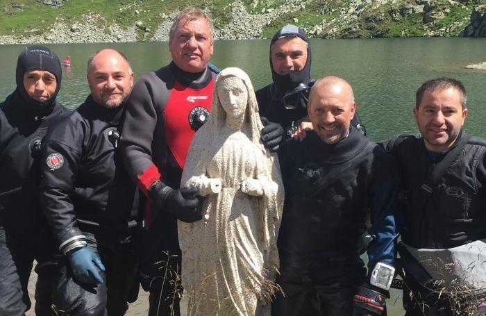 Il team che ha ripulito la statua