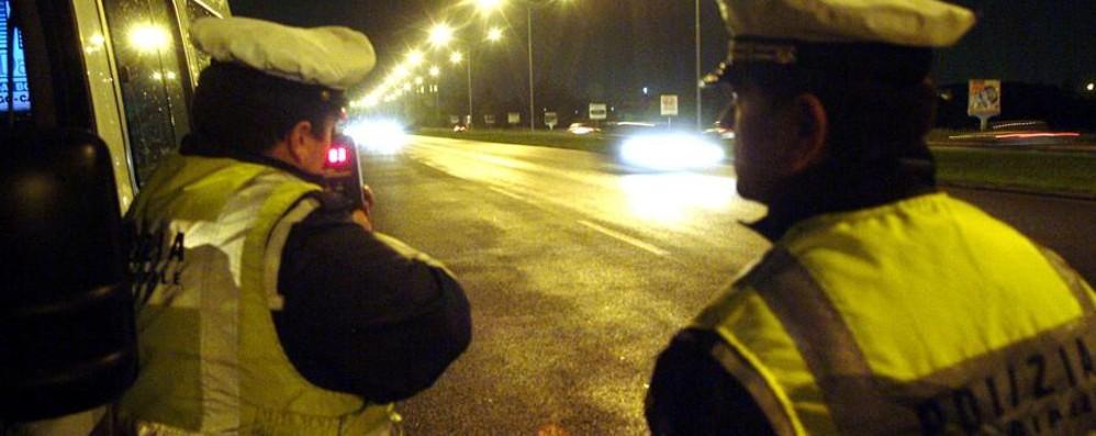 Sfreccia in scooter a 172 all'ora Preso dai vigili, scatta la maxi multa