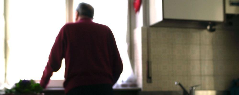 Anziani soli, estate a rischio truffe Le cinque regole per difendersi - Video