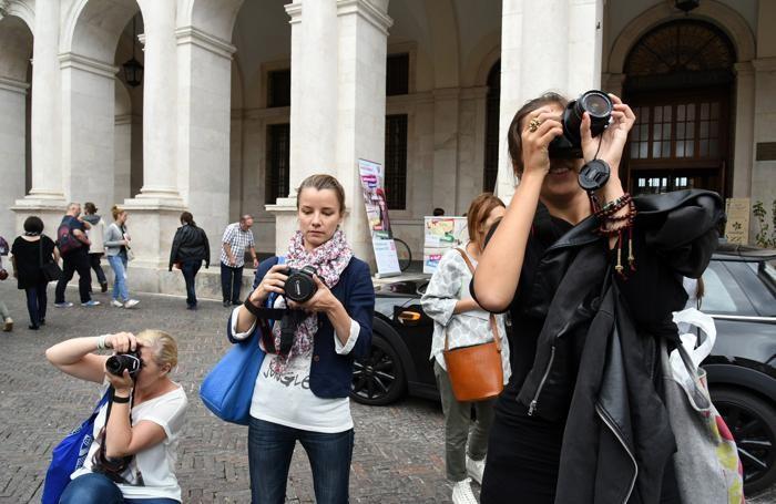 Giornaliste straniere in piazza Vecchia