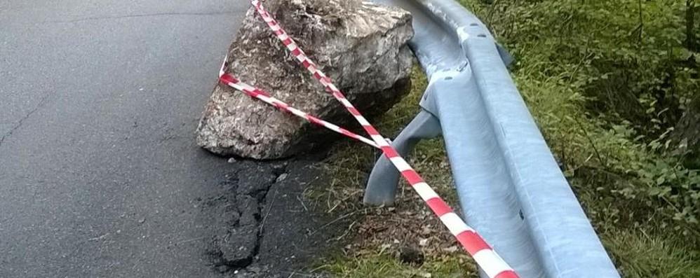 Cade un sasso sulla strada - le foto No al transito da Camai a Valzurio